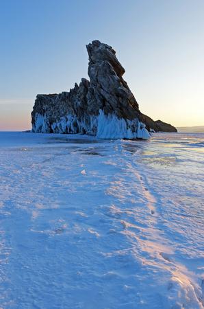 Piccola isola di Ogoi sul lago Baikal è famosa per la formazione bizzarra della roccia. Il ghiaccio copre l'acqua di Baikal fino all'inverno. Archivio Fotografico - 75538430