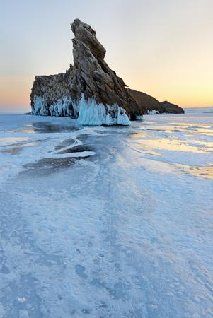La piccola isola di Ogoi sul lago Baikal è famosa per la bizzarra formazione rocciosa. Archivio Fotografico - 75313544