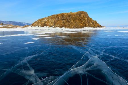 Lago di Baikal coperto da ghiaccio durante i mesi invernali. Gli ospiti vengono qui per pattinaggio, ghiaccio in bicicletta e per altre attività invernali. Archivio Fotografico - 74424271