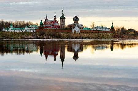 Monastero di San Nicola per gli uomini a Staraya Ladoga, vista da una banca di fiume Volkhov all'alba. Archivio Fotografico - 78074985
