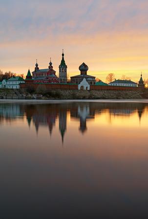 Monastero di San Nicola per gli uomini a Staraya Ladoga, vista da una banca di fiume Volkhov al tramonto Archivio Fotografico - 78102997