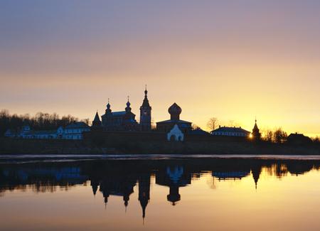 Monastero di San Nicola per gli uomini a Staraya Ladoga, Russia. Vista da una banca del fiume Volkhov ad un tramonto Archivio Fotografico - 79035790