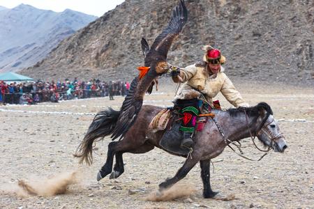 Bayan-Olgii, Mongolia - 30 settembre 2017: Il cacciatore sconosciuto con Eagle dorato mostra la sua esperienza in caccia col falcone. Archivio Fotografico - 90003852