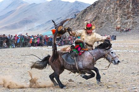 Bayan-Olgii, Mongolia - 30 settembre 2017: Il cacciatore sconosciuto con Eagle dorato mostra la sua esperienza in caccia col falcone. Archivio Fotografico - 90003853