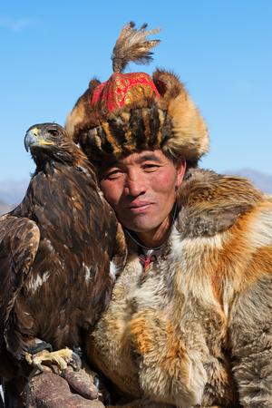 Bayan-Olgii, Mongolia - 30 settembre 2017: Il cacciatore sconosciuto mostra la sua aquila reale che è preparata per la caccia col falcone. Archivio Fotografico - 90204205