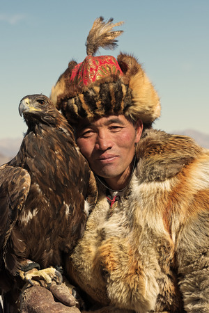 Bayan-Olgii, Mongolia - September 30, 2017: Unknown huntsman shows his Golden Eagle that is trained for falconry. Redakční