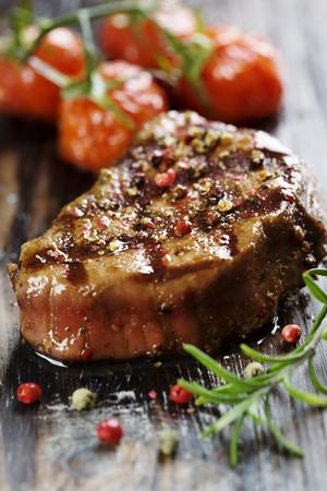bistecche: Close-up della carne bovina di controfiletto succosa coperto in pepe