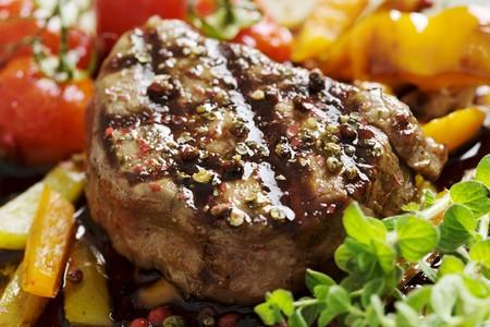 bistecche: dettaglio della succosa di filetto di manzo coperto in schiacciata mix di pepe