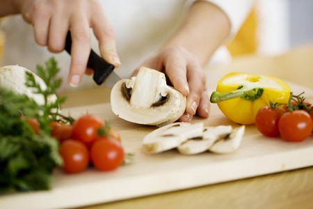chef cocinando: picar ingredientes femenina alimentarios  Foto de archivo