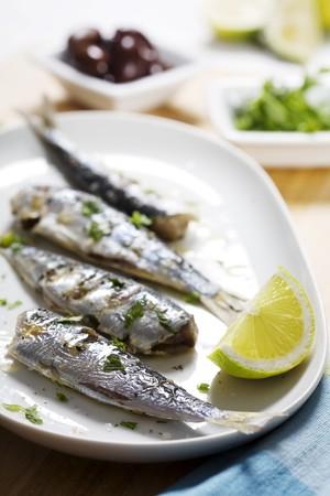 sardine: sardine alla griglia con olive, limone e prezzemolo Archivio Fotografico