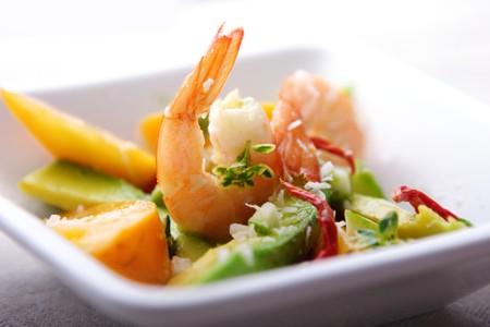 Avocado: Ensalada o apetizer con camarones, coco, mango de aguacate y hierbas
