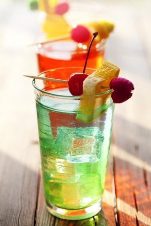 coctel de frutas: verano colorido cócteles de fruta en iluminación de configuración exteriores Foto de archivo