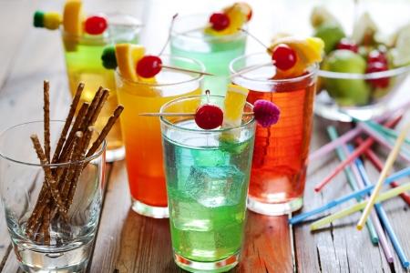 bebidas frias: cerca de verano colorido c�ctel