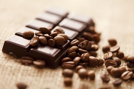 Close up of Zartbitterschokolade mit Kaffeebohnen herum, shallow dof Standard-Bild - 8955466