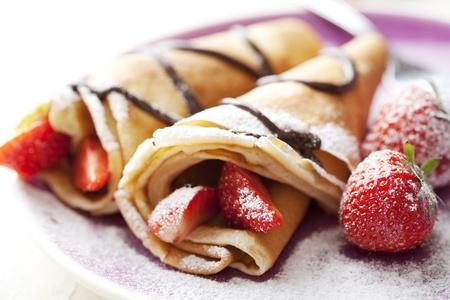 hot cakes: cerca de dos crepes de estilo franc�s, dof superficial. Algunos ingredientes en segundo plano Foto de archivo