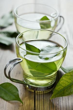 hojas de te: detalle de los fresco de t� verde, centrarse en el t� deja en el agua