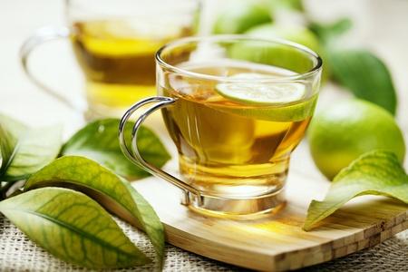 tazza di te: tazza di tè al limone appena fatto Archivio Fotografico