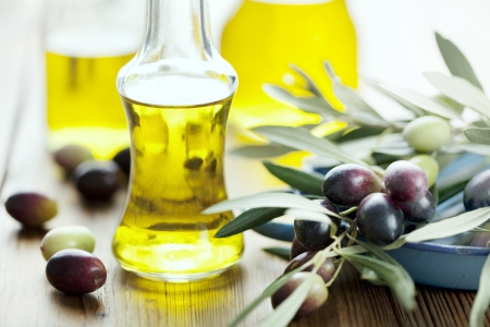 aceite de oliva: aceite de oliva en la mesa de madera