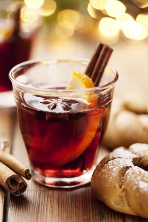vin chaud: gros plan de vin chaud, se concentrer sur l'étoile d'anis, shallow dof