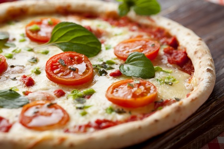 토마토, 모 짜 렐 라와 녹색 고추와 신선한 이탈리아 피자, 스톡 콘텐츠