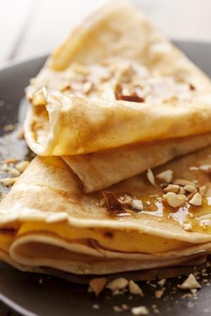 Crepes mit Honig oder Sirup und geröstete Nüsse Standard-Bild - 10531268