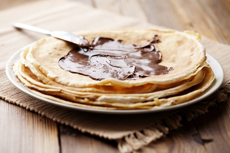 crepes: pila de panqueques con og crema de chocolate