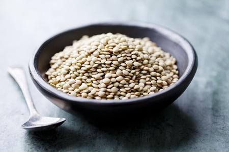 leguminosas: plato de lentejas verdes sin cocer