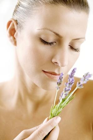olfato: mujeres disfrutando el aroma de la lavanda, la piel ha sido retocado para mantener la textura, sin filtros de desenfoque se han utilizado