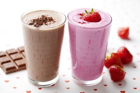 Smoothies: batidos de chocolate y fresas Foto de archivo