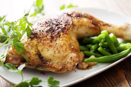 carne de pollo: Primer plano de pollo asado y papas del horno