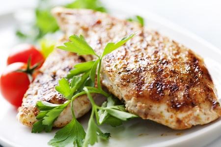 zbliżenie z soczystym Grillowany filet z kurczaka Zdjęcie Seryjne