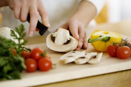 chef cocinando: manos femeninas la preparaci�n de los ingredientes para cocinar Foto de archivo