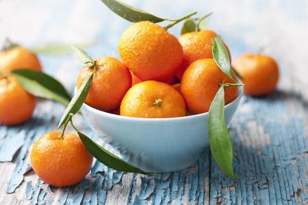 naranjas: tazón de fuente de mandarinas frescas, también se ve como las naranjas