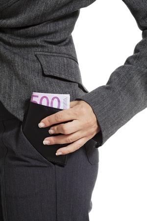 bolsa dinero: mujer de negocios poniendo una billetera cargada en el bolsillo