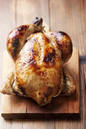 pollos asados: pollo asado a bordo de corte de madera