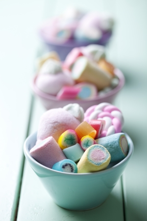 bowl full of colorful pastel marchmellows and rock candy Standard-Bild
