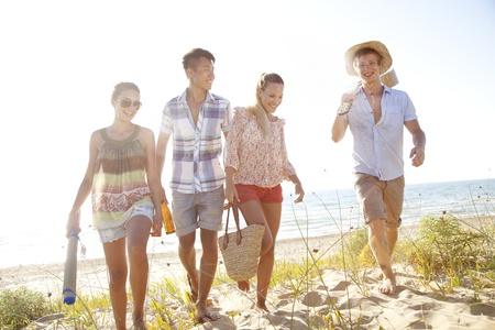 Grupa młodych ludzi camping lub wyjazdem na wycieczkę
