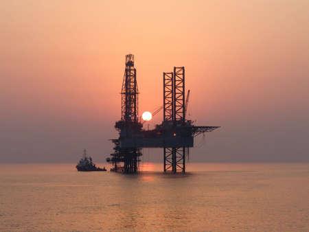 torres petroleras: Plataforma de offshore barco de trabajo y aceite al atardecer