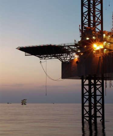 torres petroleras: Plataforma petrolera costa afuera antes del amanecer