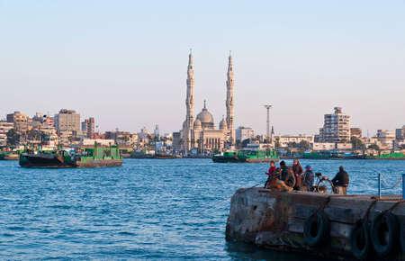 Los transbordadores que cruzan el canal de Suez en Port Said, Egipto Foto de archivo - 12160086