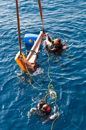 Buzos offshore desmantelado antena submarina en las aguas egipcias del mar Mediterráneo Foto de archivo - 17764803