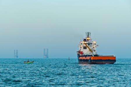 Navire de ravitaillement offshore voile à partir du port d'Aboukir