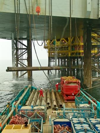 Cargo traslado desde el barco de suministro mar adentro a la plataforma Foto de archivo - 18113596