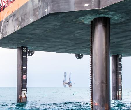 Plataforma de perforación semi-sumergible detrás del cuatro patas en alta mar barcaza jack-up Foto de archivo - 39573120