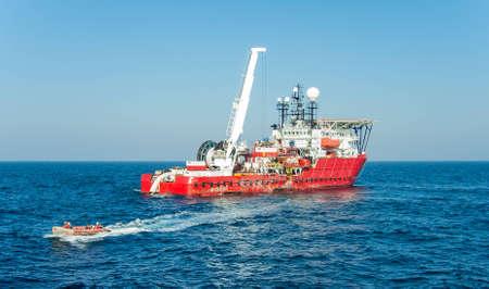 Dynamisch geplaatst diving support schip geluncht opblaasbare boot met een divers
