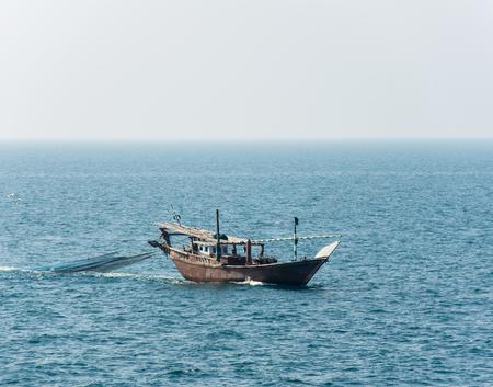 Tradicional artes de pesca de arrastre de barcos de madera dhow árabe Foto de archivo - 40350066