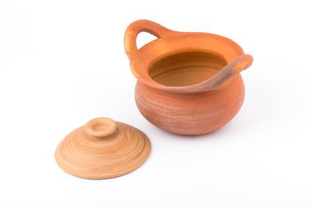 ollas de barro: Las ollas de barro est�n abiertos en el fondo blanco Foto de archivo