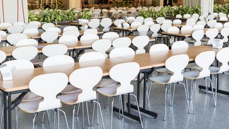 comedor escolar: Mesas y sillas vacías en la cantina