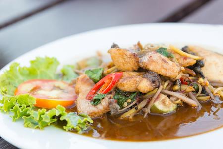 santa cena: Tailandia deliciosa comida picante, picante de pescado frito revuelo.