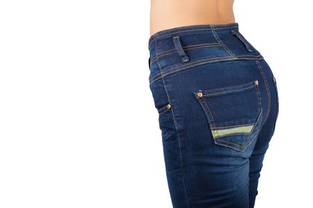 jeans apretados: contorno de la cadera de la mujer. Unos vaqueros ajustados aislado en fondo blanco con trazado de recorte